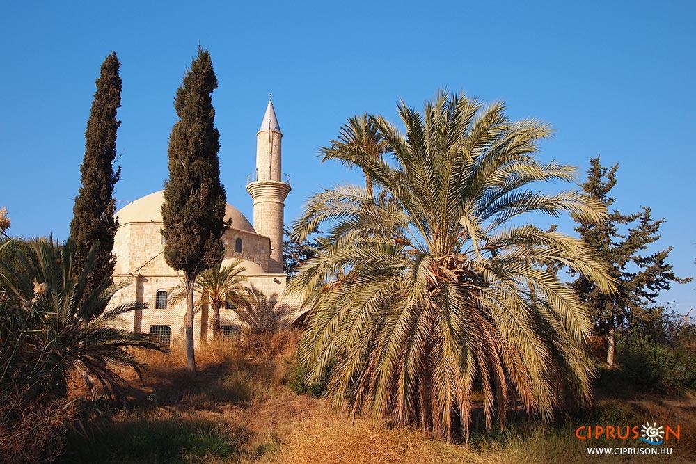 A mecset a larnakai sóstó mellett
