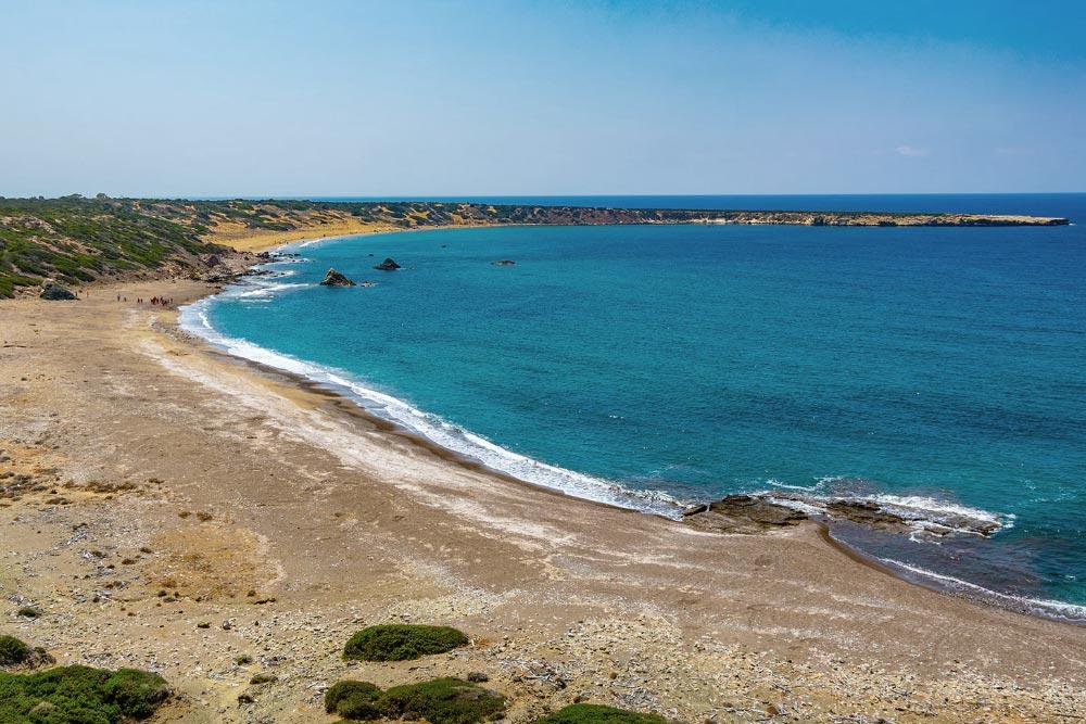 Ciprus nyugati strandjai Páfosz közelében, teknős költőhely