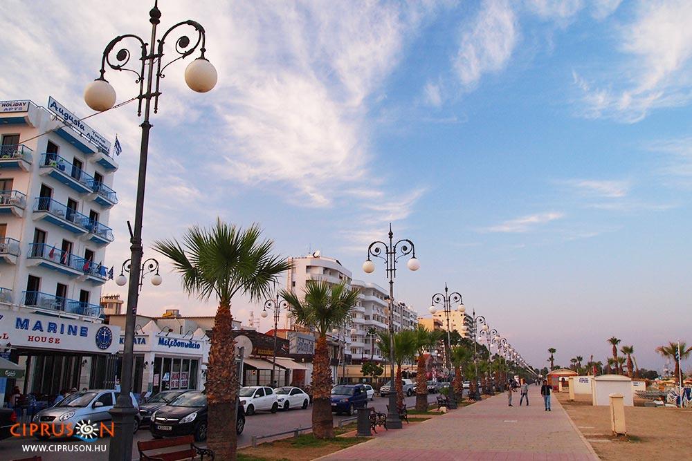 Larnaka tengerparti sétálóutcája, a Finikoudes (Phinikoudes)